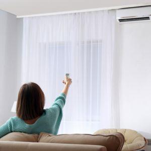Strumień powietrza nie powinien być skierowany bezpośrednio na domowników ani przekraczać prędkości 0,25 m/s, żeby nie był odczuwalny jako przeciąg. Fot. Shutterstock