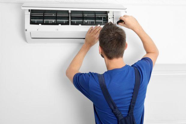 Klimatyzacja znacznie podnosi komfort przebywania we wnętrzu w gorące dni. Ważne jednak, aby używać jej zgodnie z zalecanymi zasadami i regularnie konserwować. Stosowanie się do zasad wpływa korzystnie na samopoczucie oraz budżet użytkowników.