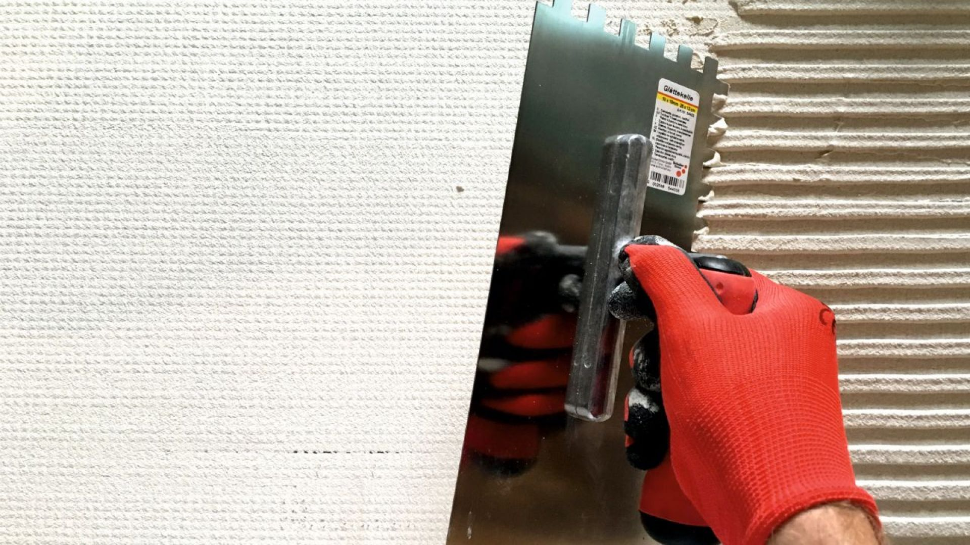 Na przygotowaną wcześniej warstwę zbrojącą ocieplenia elewacji, za pomocą pacy z grzebieniem o przekroju 8x8 mm, nanieść masę dekoracyjną HFS Hydrocon. Fot. quick-mix