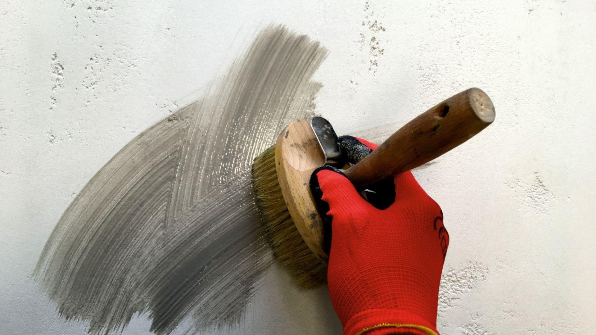 Po całkowitym wyschnięciu masy dekoracyjnej HFS Hydrocon, za pomocą pędzla, szczoty nanieść farbę laserunkową HC 425 w kolorze Betonu. Fot. quick-mix