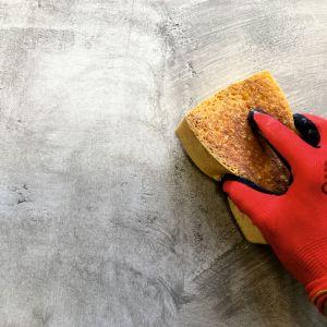 Od razu po naniesieniu farby laserunkowej HC 425, wilgotną gąbką lub szczotą wymodelować kolorystycznie powłokę końcową. Fot. quick-mix
