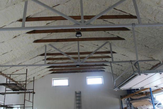 """""""Zastosowanie izolacji pianką natryskową pozwala zredukować ilość energii potrzebną na utrzymanie komfortu w budynku kilkakrotnie. To powoduje, że źródła ciepła / zimna spożywają mniej surowców i produkują mniejszą ilość spalin, co"""