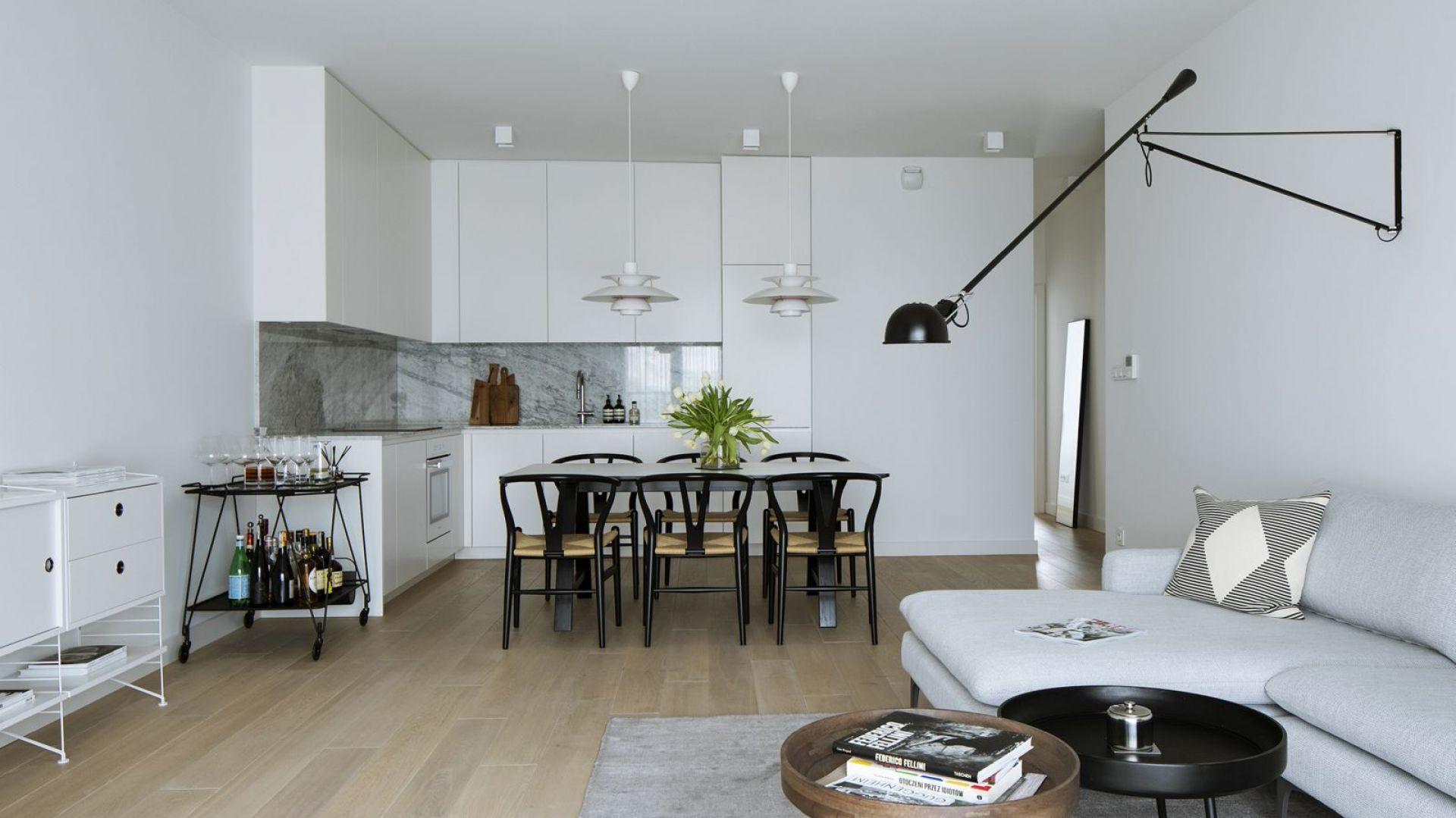Otwarcie wnętrza oraz zastosowanie bieli optycznie powiększyło przestrzeń. Fot. Madama