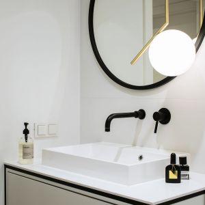 W łazience zdecydowano się na klasyczną biel z czarnymi dodatkami. Fot. Madama