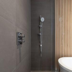 W łazience znalazło się miejsce na wannę i prysznic. Fot. Nick Leith-Smith