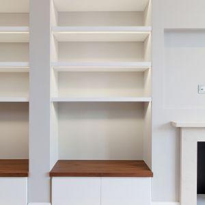Praktyczne wnęki i półki rozwiązują problem przechowywania książek i ustawiania ozdobnych detali. Nowoczesności dodaje im podświetlenie. Fot. Nick Leith-Smith