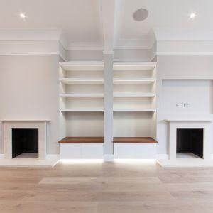 Symetria i porządek to słowa, które same przychodzą na myśl patrząc na wnętrze tego pokoju. Fot. Nick Leith-Smith