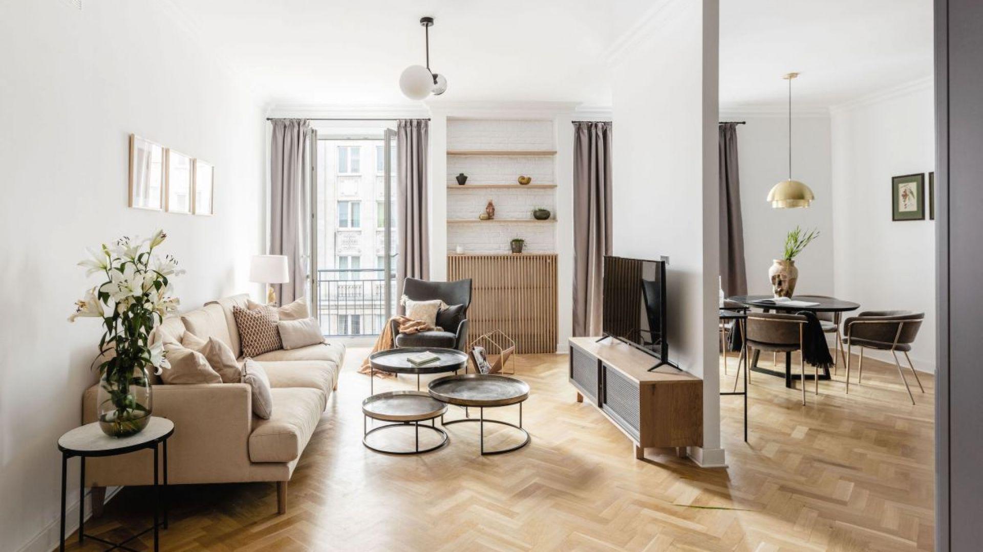 Główną rolę w tym mieszkaniu grają łagodne kolory i starannie wybrane meble.Fot. Dziurdzia Projekt