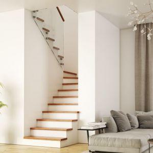 Obicie schodów betonowych stopniami z litego dębu w kolorze natura. Balustrada Szkło Tafla 2x8. Fot. Rintal Polska