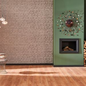 W towarzystwie drewna i zieleni świetnie zaprezentuje się z kolei ściana udekorowana cegłą w czekoladowym odcieniu Hot Cocoa. Fot. Beckers Designer Kitchen & Bathroom, kolor Hot Cocoa
