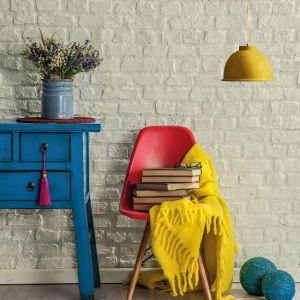 Dekoracyjna cegła to jednak nie tylko tradycyjna czerwień. Dziś coraz częściej we wnętrzach spotyka się kostkę w tonacjach złamanej bieli. Fot. Beckers Designer Kitchen & Bathroom, kolor Comfort
