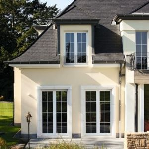 Szprosy najlepiej sprawdzają się w przypadku dużych przeszkleń, ponieważ optycznie je zmniejszają, a przy tym sprawiają, że okna wydają się lżejsze. Fot. Awilux