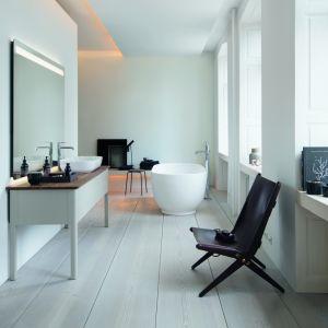 Biel idealnie nadaje się także do eksperymentów – stanowi doskonałą bazę do szybkiej metamorfozy każdej łazienki. Fot. Greston