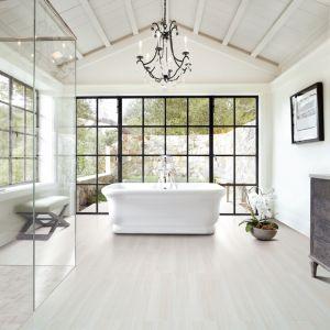 Białe wnętrza łazienek są doskonale uporządkowane, spójne i harmonijne. Fot. Greston