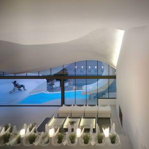 Meble wewnątrz domu zostały zaprojektowane cyfrowo i wykonane (na miejscu) na zamówienie z takich nietypowych materiałów, jak włókno szklane i żywica poliestrowa. Fot. Jesus Granada