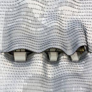 """Cynkowe płytki """"łuski"""" pokrywające dach zostały wykonane ręcznie. Fot. Jesus Granada"""