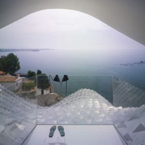 Takie wspaniałe widoki na śródziemnomorski krajobraz rozpościerają się z pomieszczeń umiejscowionych na górnej kondygnacji domu. Fot. Jesus Granada