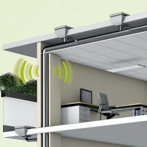 Idealna izolacja akustyczna powinna nie tylko odznaczać się bardzo dobrą redukcją hałasu w zakresie częstotliwości odpowiedniej dla akustyki budynku czy zapobiegać skraplaniu się pary wodnej ograniczając ryzyko pojawienia się niebezpiecznych dla zdrowia pleśni i grzybów, ale też w łatwy sposób dopasowywać się do dowolnego kształtu rury, pozwalając na zabezpieczenie jej na całej długości i łatwy montaż. Fot. Armacell