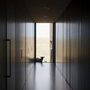 Długie, zaciemnione i wijące się korytarze takie odnajdziemy nie tylko  w zamku, ale też w tym domu. Nie zachęcają one nieproszonych gości (owiec) do wejścia do środka. Fot. Jean Luc
