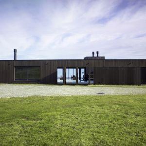 Architekci zastosowali tu prostą strategię projektową, polegającą na takim wykorzystaniu zbiegających się i rozszerzających się ścianek, które można otwierać lub przemieszczać w zależności od zmieniających się warunków atmosferycznych. Fot. Simon Devitt