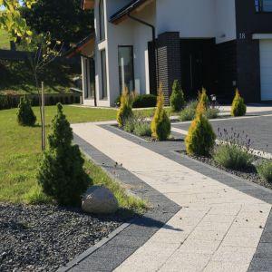 Proces budowania nawierzchni z prefabrykatów betonowych to sekwencja pewnych czynności, które należy wykonać, niezależnie od wielkości naszego przyszłego tarasu, chodnika czy podjazdu. Fot. Polbruk