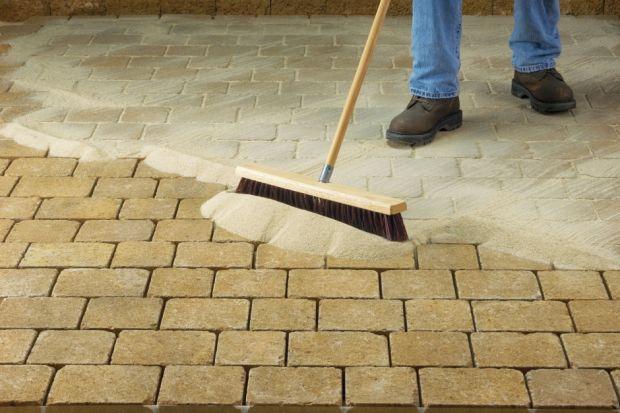 Proces budowania nawierzchni z prefabrykatów betonowych to sekwencja pewnych czynności, które należy wykonać, niezależnie od wielkości naszego przyszłego tarasu, chodnika czy podjazdu.