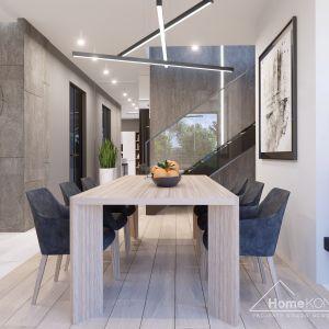 W jadalni, co oczywiste, dominuje duży drewniany stół. Fot. HomeKONCEPT