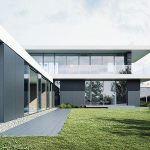 Kształt dachu odzwierciedla kształt tarasu. Parter został wykończony szarym spiekiem, który nie stanowi konkurencji dla kamienia, a jeszcze bardziej łączy budynek z gruntem. Fot. 81.WAW.pl