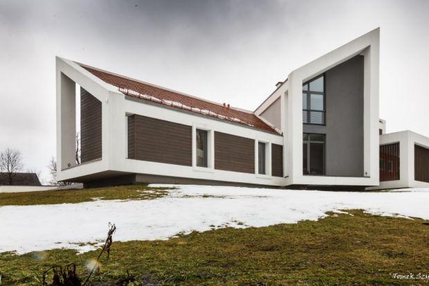 Kształt bryły Domu w górach wynika z uwarunkowań terenowych i lokalizacji punktów charakterystycznych krajobrazu Karkonoszy, widocznych jako panorama grani pomiędzy szczytami Śnieżki i Szrenicy. Rozbicie bryły ma na celu podkreślenie osi widokow