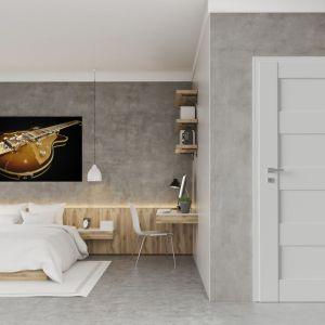 Kącik do pracy można z powodzeniem zaaranżować w sypialni. Na zdjęciu drzwi SENTIS Ramon model 1. Fot. RuckZuck