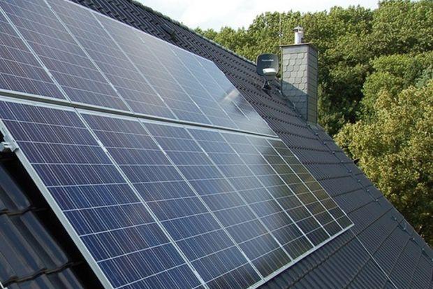 Zarówno panele fotowoltaiczne, jak i kolektory słoneczne korzystają z promieni słonecznych, aby wytworzyć energię użytkową – prąd lub ciepło. Choć powszechnie często myli się oba urządzenia, działają one na zupełnie innych zasadach.
