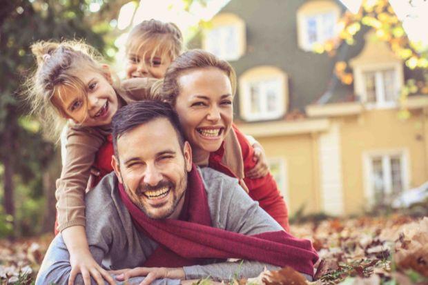Według obliczeń ekspertów blisko 30 proc. energii cieplnej ucieka z domu przez niezaizolowany dach. Materiałem, którybardzo dobrze nadaje się do termoizolacji dachów skośnych jest wełna mineralna. Co istotne, wytwarza się ją z naturalnych sur