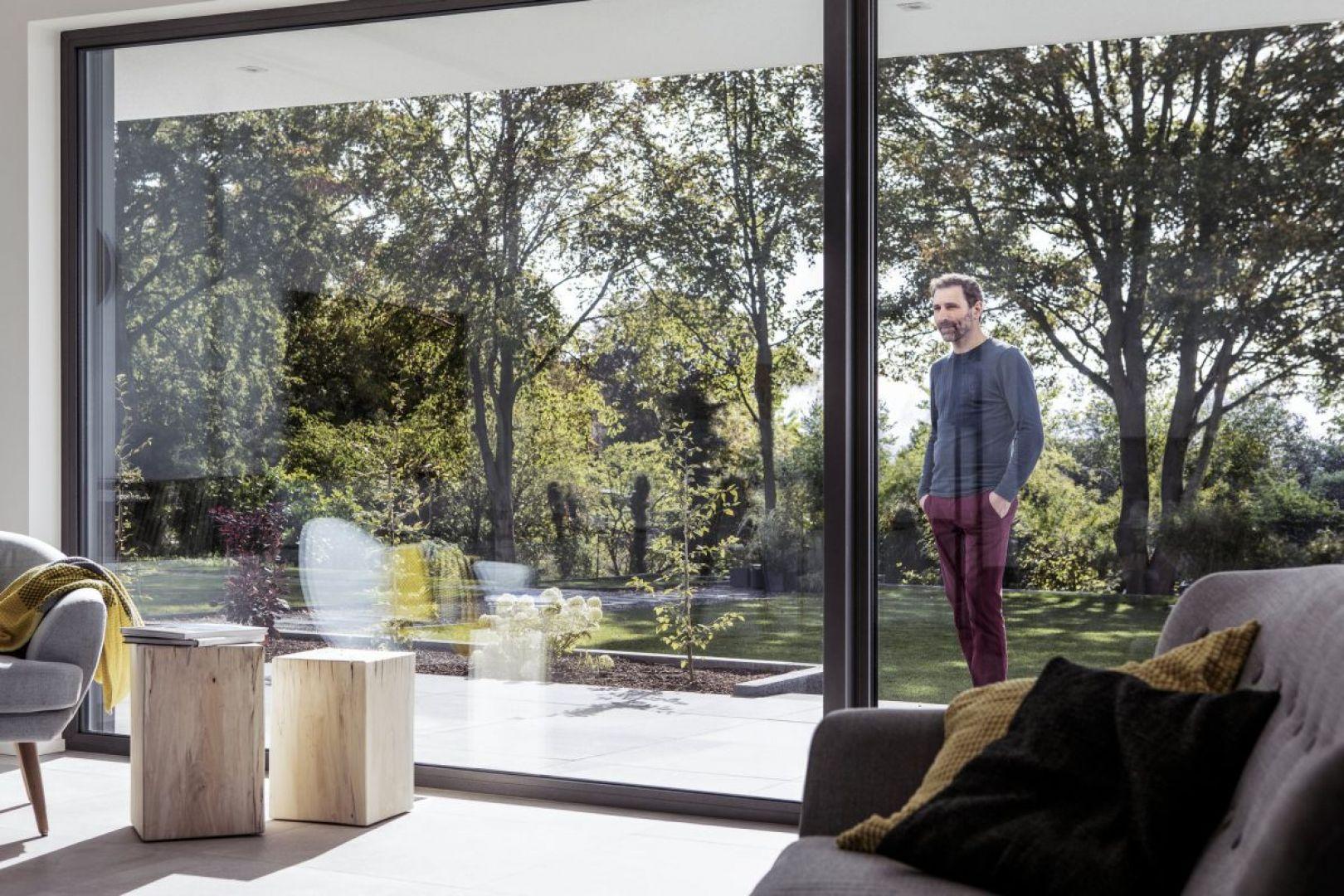Duże przeszklenia to dom pełen naturalnego światła, otwarty na otoczenie. Fot. Rehau