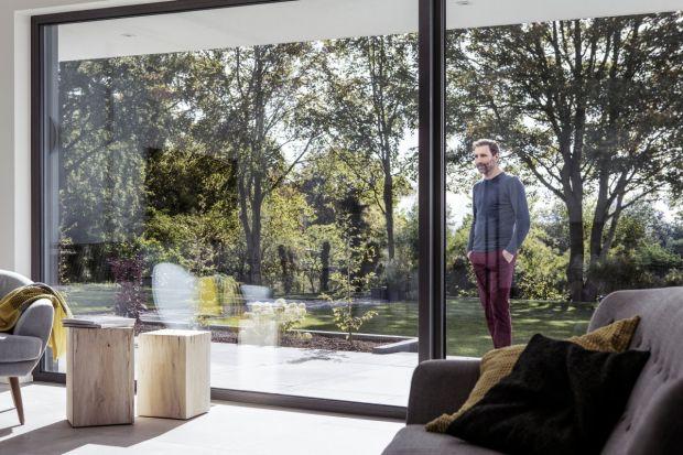"""Coraz częściej sięgamy poduże okna, które świetnie wpisują się w nowoczesne trendy. Ponadto są """"źródłem"""", jakże pożądanego, naturalnego światła w domu. Dlatego warto zwrócić uwagę na okna FIPRO X. To duże przeszklenia, kt�"""