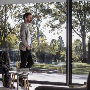 Przy dużych przeszkleniach zaciera się granica pomiędzy wnętrzem a otoczeniem domu. Fot. Rehau