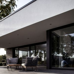 Duże przeszklenia świetnie wpisują się w nowoczesne trendy budowlane. Fot. Rehau