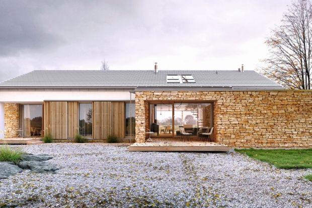 """Rodzinny 2 to projekt nowoczesnej i energooszczędnej, parterowej """"stodoły"""" z antresolą. Charakter tego budynku określa synteza tradycji i nowoczesności."""
