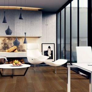 Maksymalizm ceni nowoczesne elementy we wnętrzu. Na zdjęciu panele Wiparquet Authentic 10 Narrow Dąb Miodowy. Fot. RuckZuck