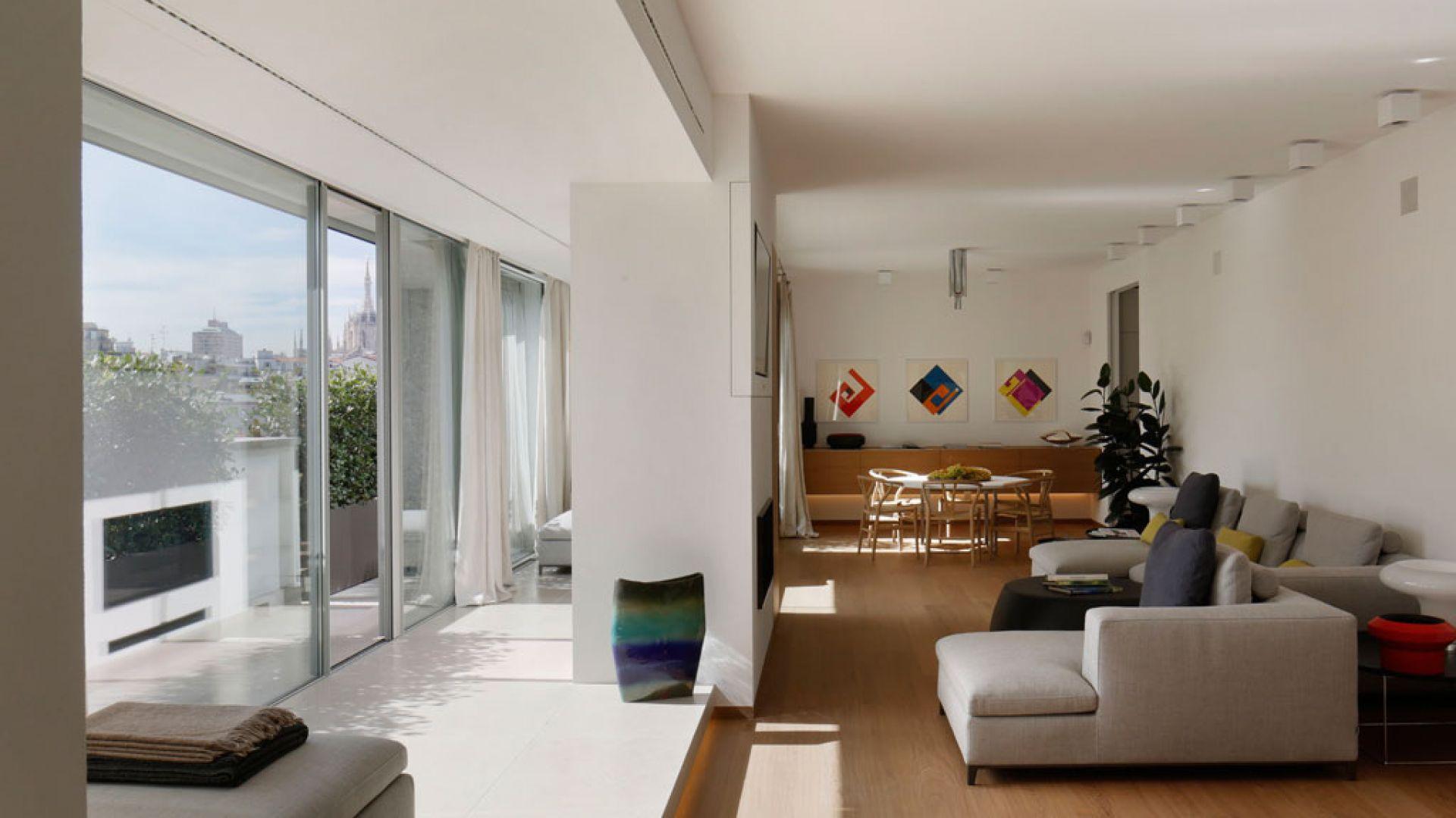 Wychodzące na taras okno wykuszowe z przesuwanymi na całą szerokość drzwiami dynamizuje przestrzeń i daje efekt harmonijnej gry świateł. Fot. Forestile