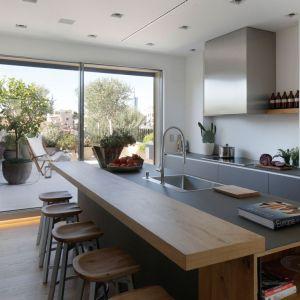 Zaletą apartamentu są duże szklane drzwi, które łączą kuchnię z tarasem. Fot. Forestile
