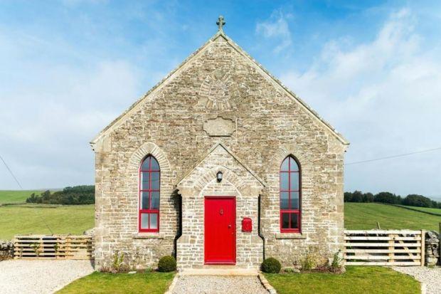 Historia tego gotyckiego kościoła, położonego w wielskim, angielskim krajobrazie, sięga 1880 roku. Przez ostatnich wiele lat budynek stał pusty i opuszczony. Przez to wymagał renowacji. Podjęli się jej architekci ze szwajcarskiej firmy Evolution