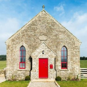 Historia tego kościoła sięga 1880 roku. Obecnie znajduje się w nim piękne, wiejskie mieszkanie. Fot. Evolution Design