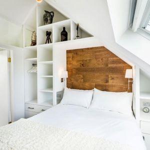 Obok sypialni zaprojektowano niewielką łazienkę. Fot. Evolution Design