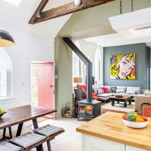 Kolorowe i przestronne wnętrza dobrze komponują się z gotyckimi oknami i wiejskim krajobrazem. Fot. Evolution Design
