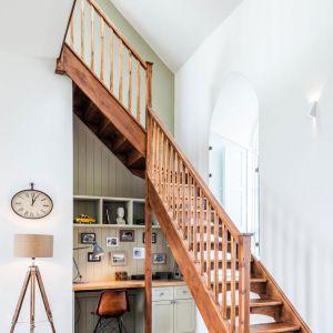Drewniane schody prowadzą na poddasze do czterech sypialni. Fot. Evolution Design