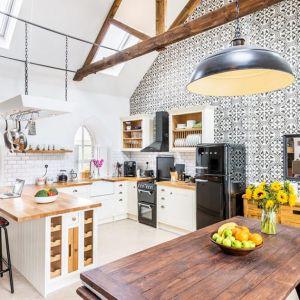 Kuchnię urządzono w rustykalnym, wiejskim stylu. Fot. Evolution Design