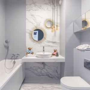 Lustra to ważni gracze w łazienkowej przestrzeni – dekorują i są absolutnym must have w tej części domu ze względów praktycznych. Fot. Decoroom
