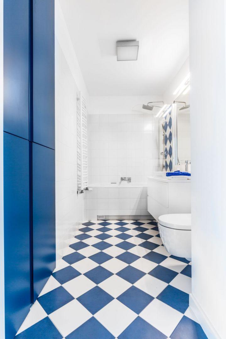 Łazienka z wyrazistym akcentem kolorystycznym dodaje energii. Fot. Decoroom