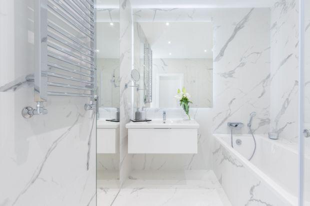 Łazienka nie powinna odbiegać od stylu, w jakim urządzamy nasz dom, choć zdarza się, że mając więcej niż jedną, pozwalamy sobie na odrobinę ekstrawagancji. W tej mniejszej, zwykle przeznaczonej dla gości i rzadziej używanej, można postawić