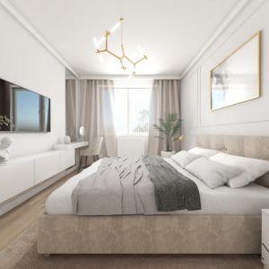 Duże łóżko z tapicerowanym zagłówkiem, sztukateria na ścianach, akcenty złota, nastrojowe oświetlenie – w takiej sypialni można nie tylko dobrze wypocząć, ale i poczuć się komfortowo. Podwieszona do ściany szafka wygląda bardzo lekko. Służy nie tylko do przechowywania, ale i ekspozycji różnych dekoracji. Fot. Pracownia MGN